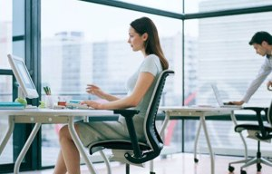 mujer.sentada.oficina