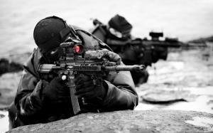 soldados-apuntando-con-sus-armas-8793