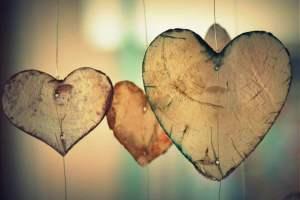 Corações-de-madeira-suspensos